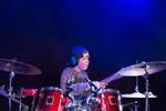 Op de foto een geconcentreerde jonge drummer die aan het drummen is