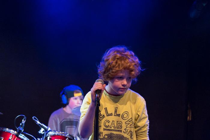 Op de foto staat Mees die zich concentreert voordat hij moet zingen