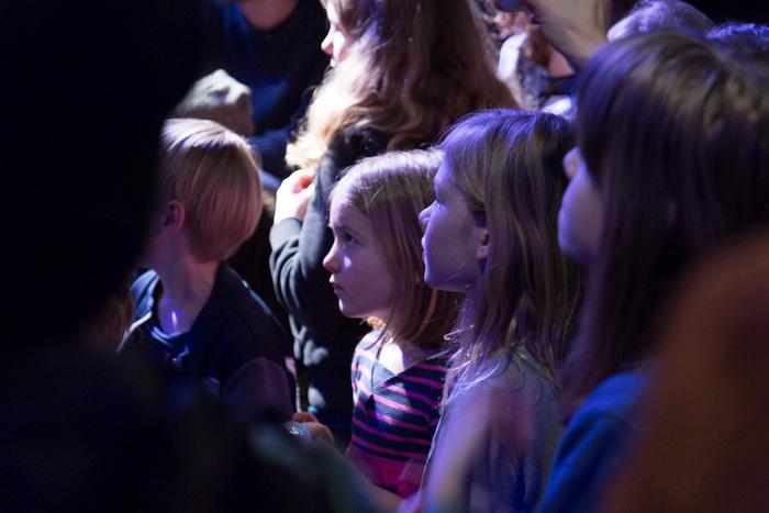 Op de foto zie je het jonge publiek wat aanwezig was bij de voorspeelmiddag