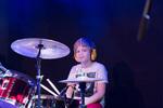 Op de foto zit een jonge drummer zenuwachtig achter zijn drumstel