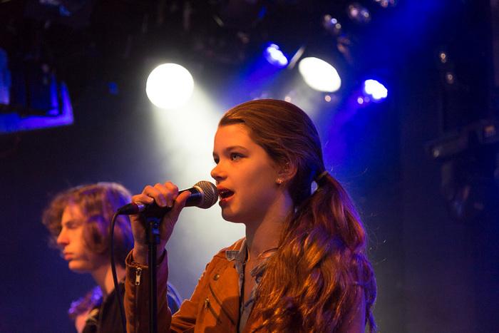 Een foto waarop een zangeres getoond wordt