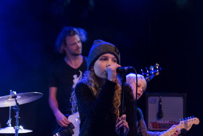 Op de foto zie je de voorvrouw van het bandje Fire Music