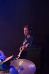 Op de foto een zenuwachtige jonge gitarist die klaar is om te gaan spelen.