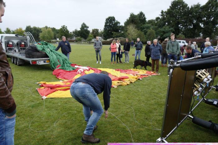 Een heteluchtballon wordt uitgepakt om opgeblazen te worden