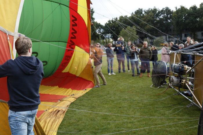 De heteluchtballon wordt opgeblazen.