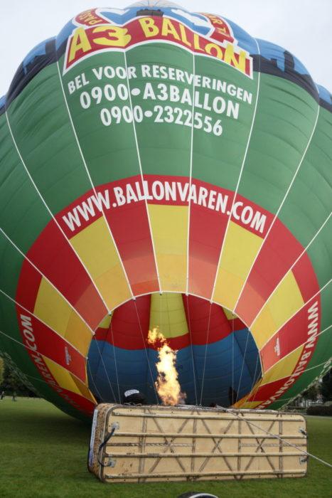 De heteluchtballon wordt rechtop gezet
