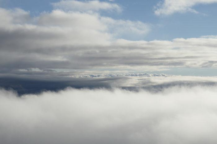 Verschillende soorten wolken zichtbaar vanuit heteluchtballon