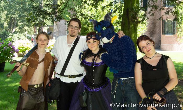 Groep Middeleeuws geklede bezoekers