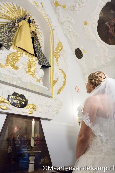De bruid kijkt op naar Maria bij de Maria-opdracht