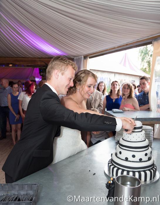 Het bruidspaar snijdt de bruidstaart