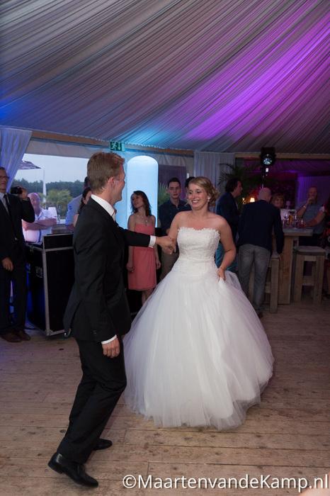 Het bruidspaar tijdens de openingsdans