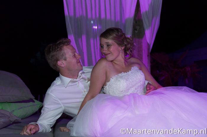 Het bruidspaar kijkt elkaar verliefd aan
