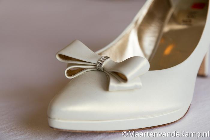 Detailopname van de schoen van de bruid