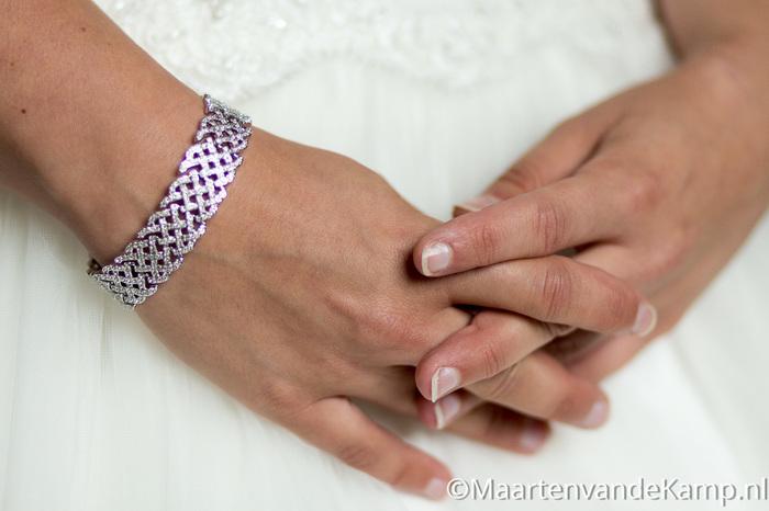 De armband van de bruid, met gevouwen handen