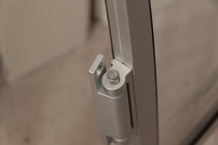 Een onbewerkte foto gemaakt op 17 mm van een voorzetraam, waar de lijnen krom lopen.