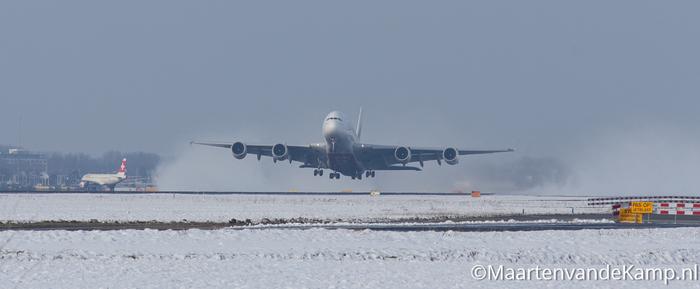 Airbus A380-861 stijgt op op Aalsmeerbaan Schiphol