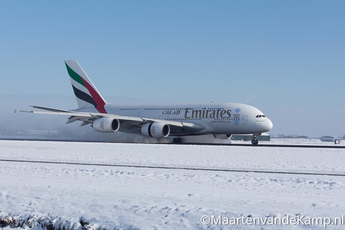 Airbus A380-861 (A6-EDK) van Emirates landt op de Polderbij bij Schiphol Airport