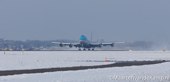 Boeing 747-406(M) stijgt op op Aalsmeerbaan